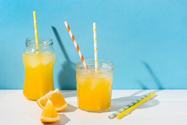 Succo d'arancia rinfrescante pronto per essere servito Foto Gratuite