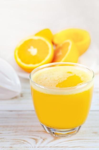 Succo d'arancia spremuto e frutta fresca delle arance Foto Premium