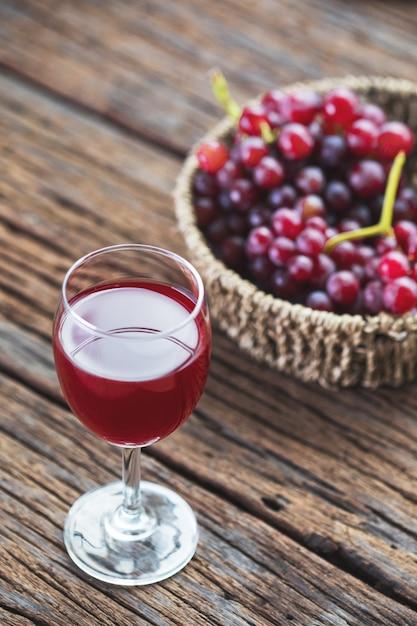 Succo d'uva rossa refrigerato con frutta fresca Foto Premium