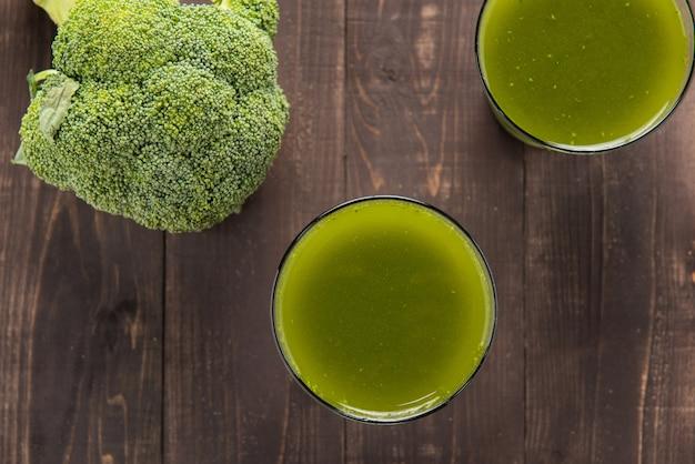 Succo di broccoli sulla tavola di legno. Foto Premium