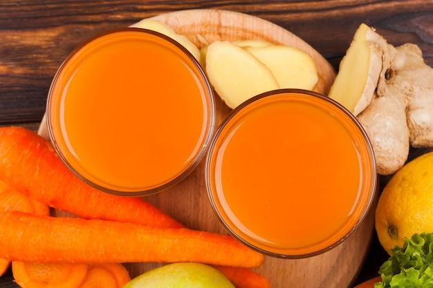 Succo di carota in coppe di vetro Foto Gratuite