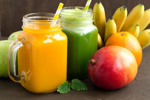 Succo di frutta fresca nel barattolo. su sfondo scuro. Foto Premium