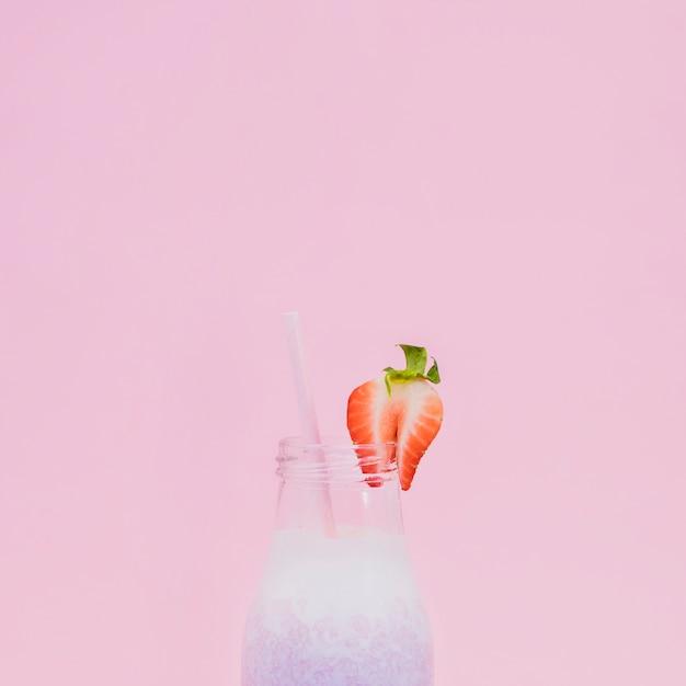 Succo di frutta sano con sfondo di colore Foto Gratuite