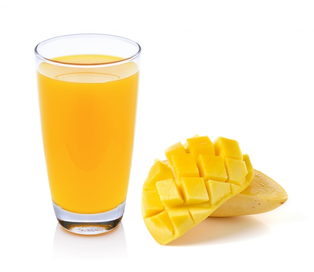 Succo di mango e mango isolato su sfondo bianco Foto Premium