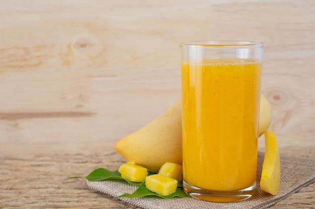 Succo di mango sul tavolo del pavimento in legno. Foto Gratuite