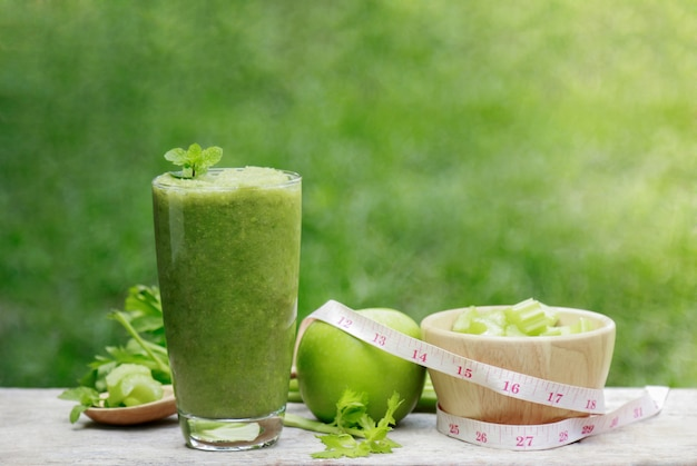 Succo di sedano in vetro per una sana alimentazione con fibra Foto Premium