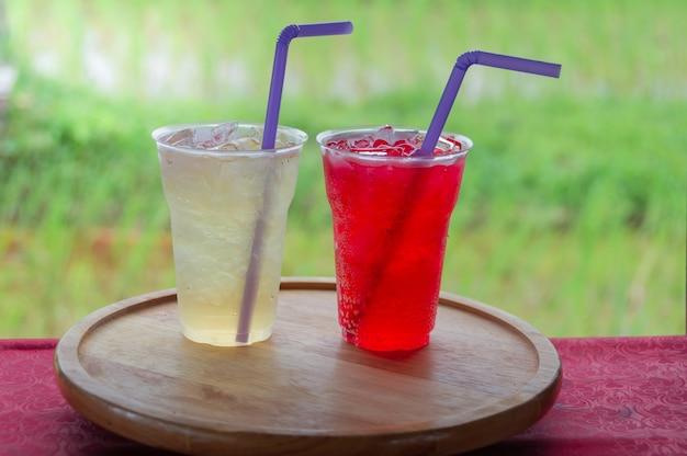 Vassoi In Legno Con Vetro : Succo dolce in vetro plastica sul vassoio rotondo in legno con