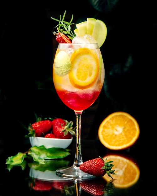 Succo tropicale con più fette di frutta Foto Gratuite