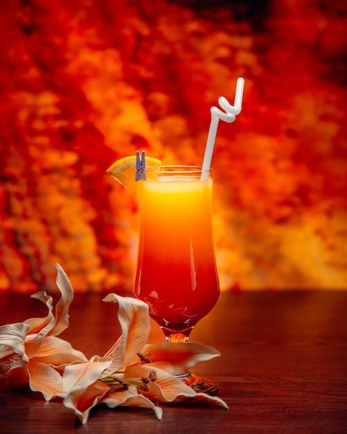 Succo tropicale con tubo e fetta di limone Foto Gratuite