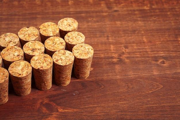 Sugheri del vino sulla tavola di legno Foto Premium