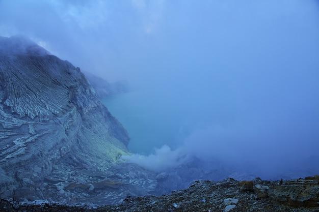 Sulla cima del vulcano ijen, in indonesia Foto Premium
