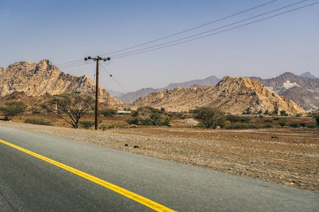 Sulla strada nel paese degli emirati Foto Premium