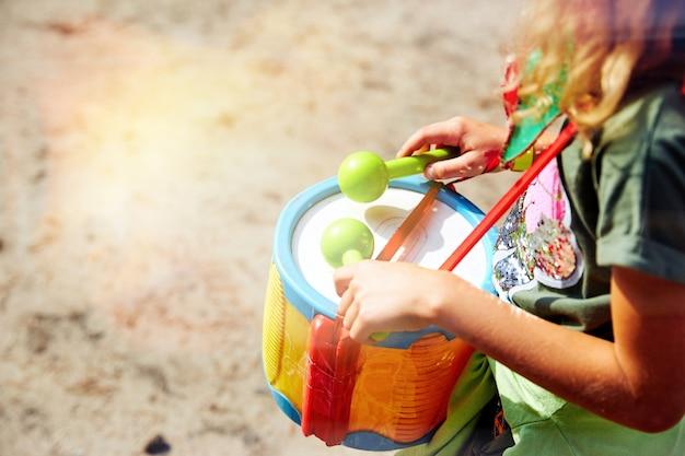 Suonare il tamburo. mani con un tamburo. un'altra vista. africano, botto, battito, bambino, classe, tamburo, batterista, dita, mano, colpo, strumento, ragazzino, musica, musical, percussioni, gioco, ritmo, anello, suono. Foto Premium