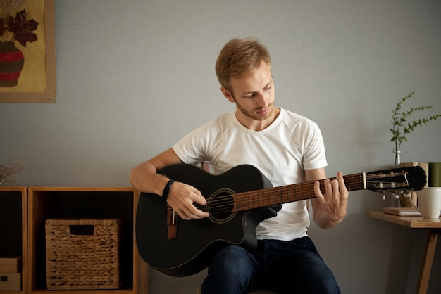 Suonare la chitarra a casa Foto Gratuite