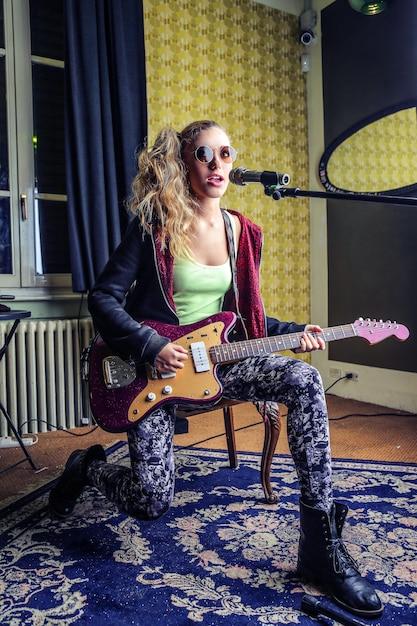 Suonare una canzone a casa Foto Premium
