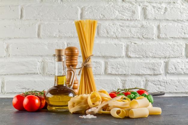 Superficie con diversi tipi di pasta pomodori e olio scaricare foto gratis - Diversi tipi di pasta ...