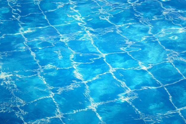 Superficie dell'acqua blu nella piscina, acqua superiore del fondo della natura. Foto Premium