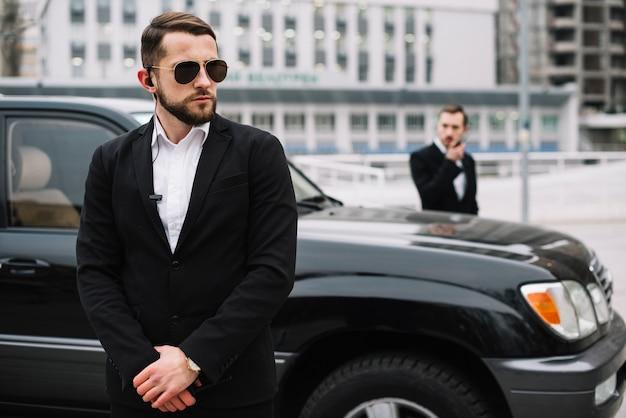 Supervisione del responsabile della sicurezza di vista frontale Foto Gratuite