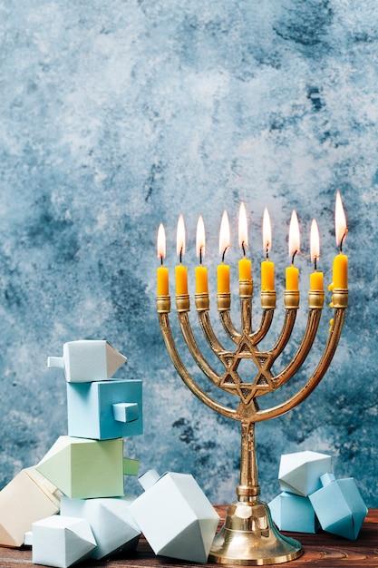 Supporto a lume di candela vista frontale su un tavolo Foto Gratuite
