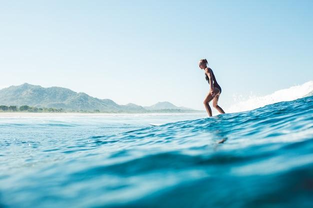 Surfista nell'oceano Foto Gratuite