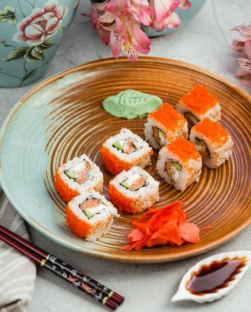 Sushi con caviale arancione zenzero e wasabi Foto Gratuite