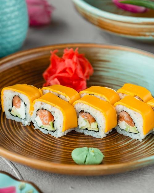 Sushi con maionese di riso di pesce e formaggio cheddar Foto Gratuite