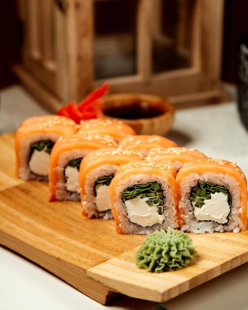Sushi con salmone e avocado allo zenzero e rafano Foto Gratuite