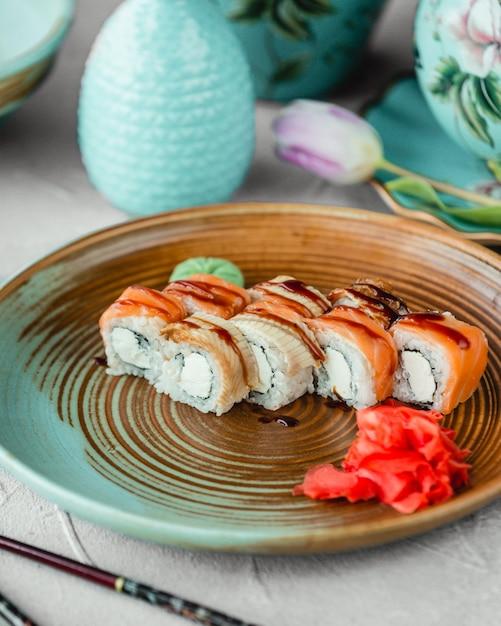Sushi con salsa speciale allo zenzero e wasabi Foto Gratuite