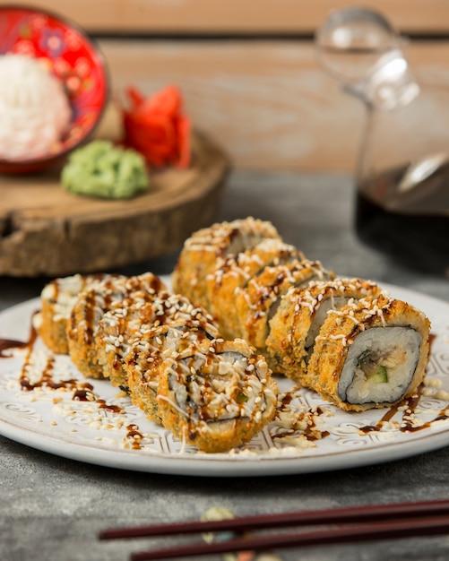 Sushi di pesce fritto sul tavolo Foto Gratuite