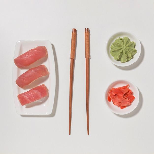 Sushi di vista dall'alto con le bacchette e wasabi Foto Gratuite
