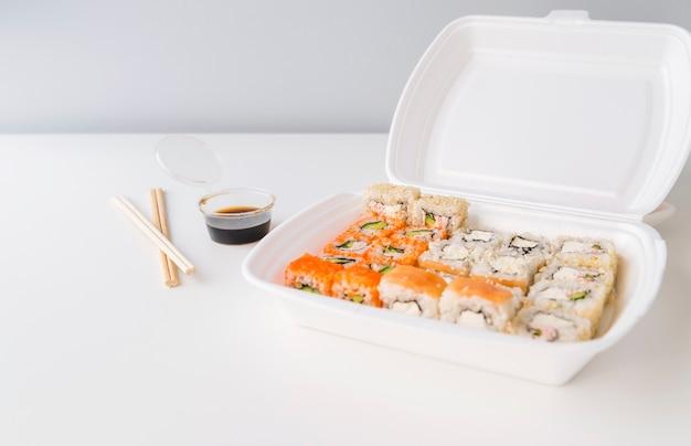 Sushi in una ciotola di poke con salsa Foto Gratuite