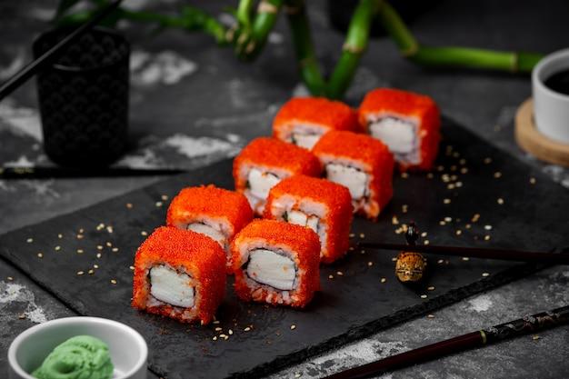 Sushi set con caviale rosso sul tavolo Foto Gratuite