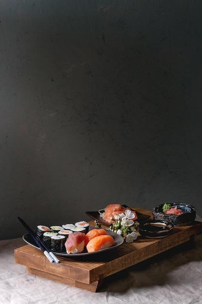 Sushi set nigiri e involtini di sushi Foto Premium