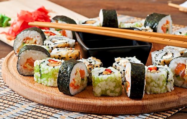 Sushi set su tavola di legno Foto Gratuite
