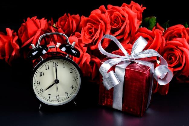 Sveglia Confezione Regalo Borsa E Rosa Rossa Su Sfondo Nero