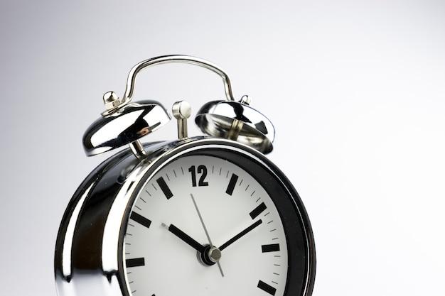 Sveglia del metallo su fondo bianco Foto Premium