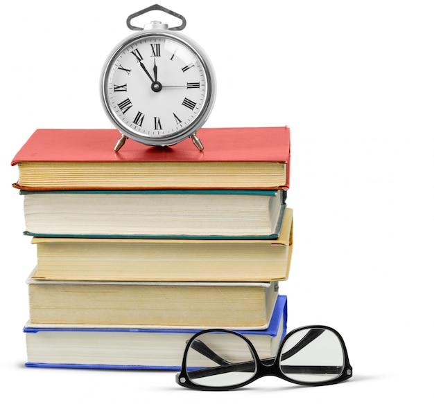 Sveglia e pila di libri Foto Premium