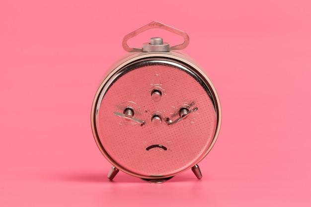 Sveglia su sfondo rosa Foto Premium