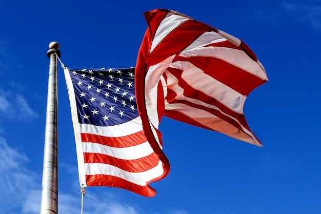 Sventolando la bandiera americana sopra il cielo blu Foto Premium
