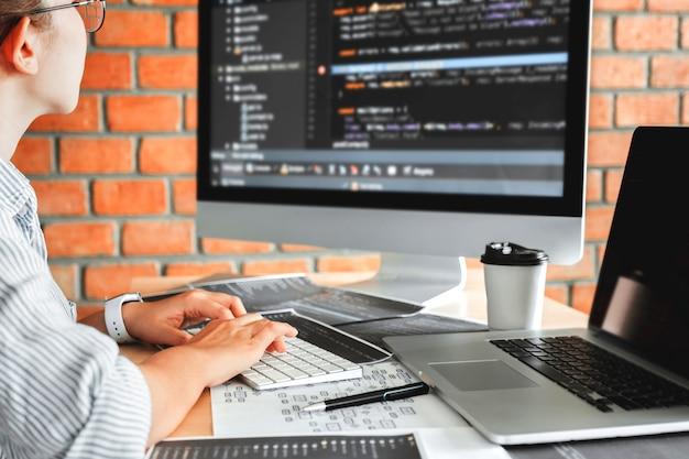 Sviluppo di programmatori concentrati che leggono codici informatici sviluppo sito web design Foto Premium