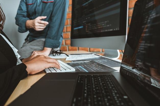 Sviluppo di programmatori team development tecnologie di progettazione e codifica di siti web che lavorano nell'ufficio di società di software Foto Premium