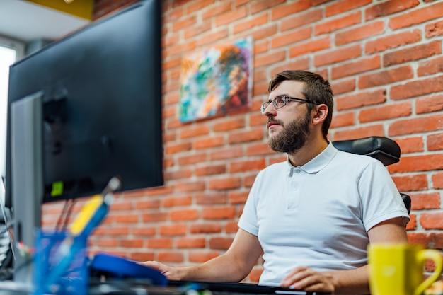Sviluppo di tecnologie di programmazione e codifica. progettazione del sito web. il programmatore che lavora in un software sviluppa l'ufficio della società. Foto Premium