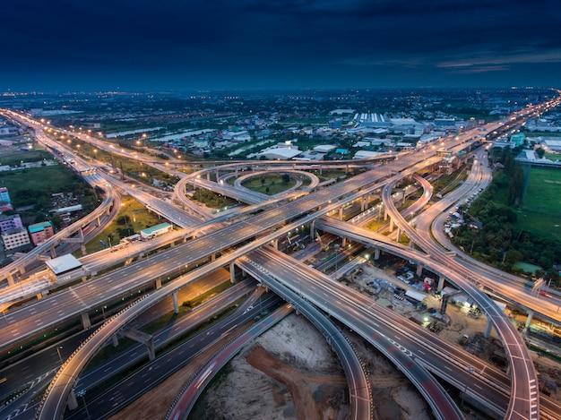 Svincolo autostradale dalla vista aerea Foto Premium