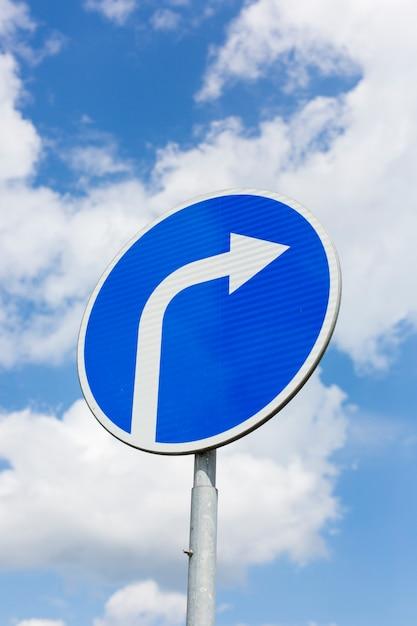 Svoltare a destra cartello stradale Foto Premium
