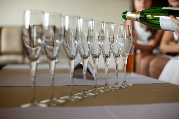 Svuotati fl te di champagne si ergono su un raggio sul tavolo da pranzo scaricare foto gratis - Si trovano sul tavolo da pranzo 94 ...