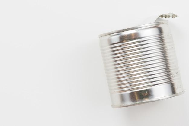 Svuoti il barattolo di latta usato su fondo bianco Foto Gratuite