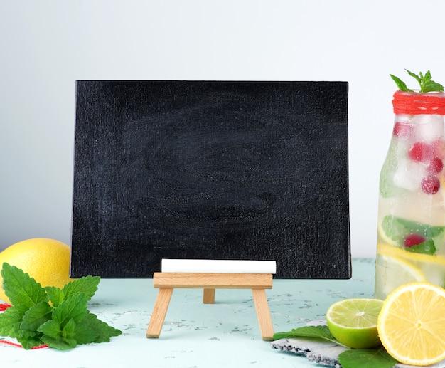 Svuoti il bordo di gesso nero per scrivere una ricetta della bevanda dell'estate Foto Premium