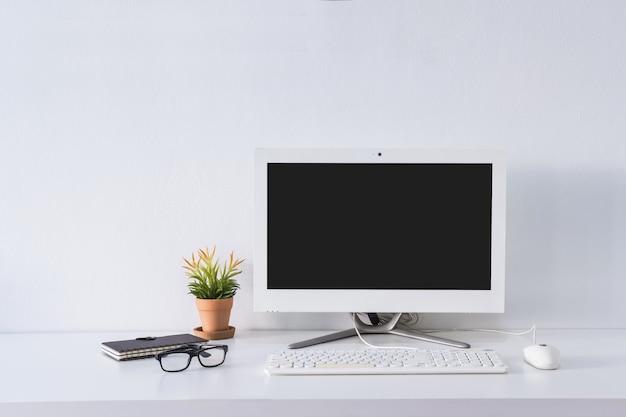 Svuoti il monitor del computer dello schermo sull'ufficio dello scrittorio con lo spazio della copia Foto Premium