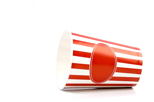 Svuoti il secchio a strisce rosso e bianco per popcorn isolato su fondo bianco Foto Premium