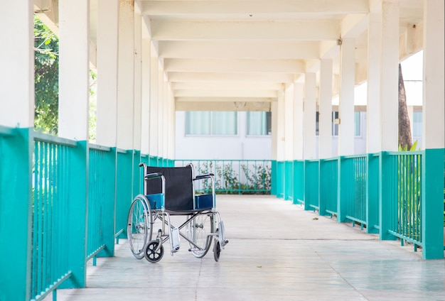 Svuoti la sedia a rotelle del paziente sul modo di camminata all'ospedale Foto Premium